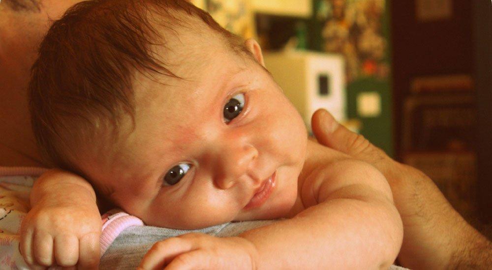Eructo: posturas para ayudar al bebé
