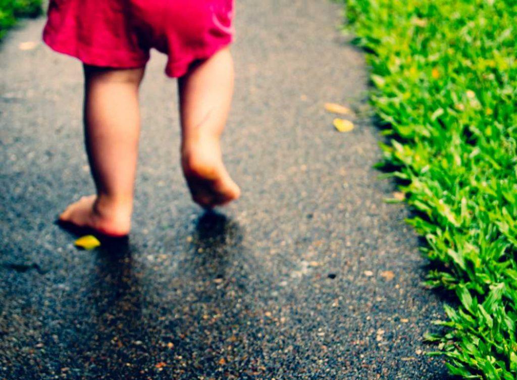 Primeros pasos del bebé: mejor descalzos