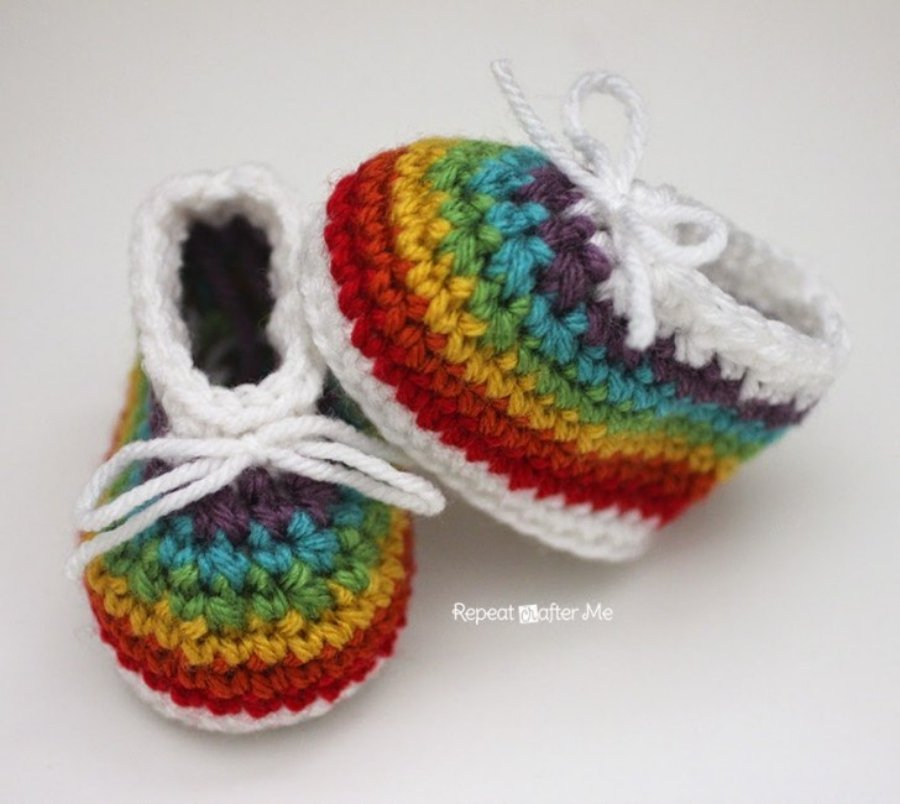 Diseño arcoíris para patucos de bebé hechos a ganchillo